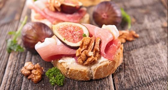 Chlebíčky se sušenou šunkou a fíky
