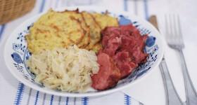 Hovězí jazyk s bramboráčky a zelím