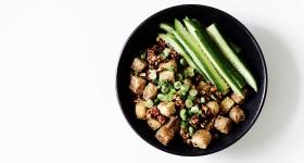 Vypečené tofu s arašídy