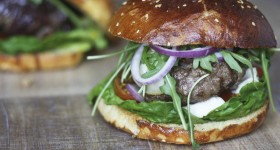 Hamburger se zkaramelizovanou cibulí