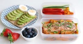 Losos s batáty, avokádový sendvič a zelenina s ajvarem