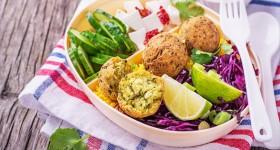 Cizrnový falafel se zeleninou a kuskusem