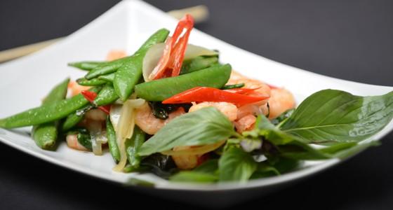 Stir fry s krevetami a cukrovým hráškem