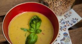 Polévka z červené čočky s chilli a koriandrem