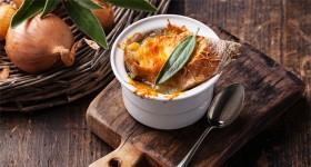 Francouzská cibulová polévka se sýrem Gruyère