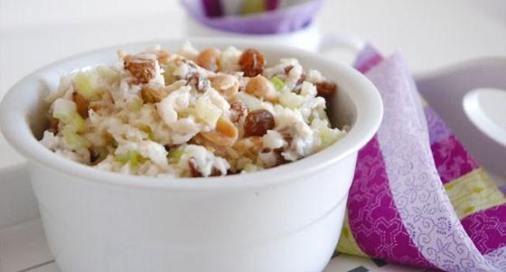 Zelný salát s arašídy a rozinkami