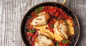 Zapečená kuřecí prsa s rajčaty a mozzarellou