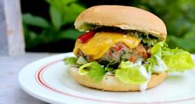 Vepřový burger s čedarem