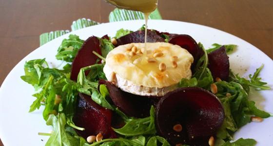 Rukolový salát s kozím sýrem a medovo-rozmarýnovou zálivkou