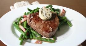 Hovězí steak spepřovým máslem a fazolkami restovanými na pancettě